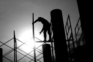 פועל במהלך בנייה מתקדמת